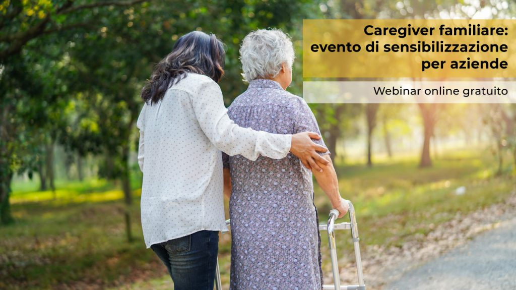 Un caregiver passeggia insieme ad una signora anziana in un parco